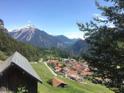 Alvaneu-Blick auf Berge und Dorf