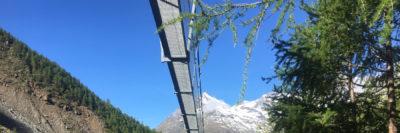Hängebrücke mit Berg