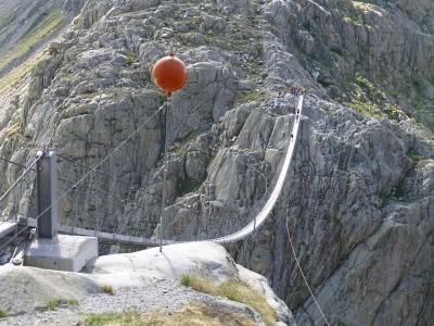 Weil der Triftgletscher schmilzt gibt es diese Hängebrücke